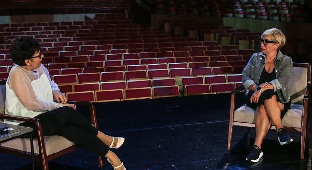 """""""Sahne Tozu Yutanlar""""ın yeni bölümünde bu hafta Ayşe Erbulak ve Süeda Çil'in keyifli sohbetine konuk oluyoruz."""